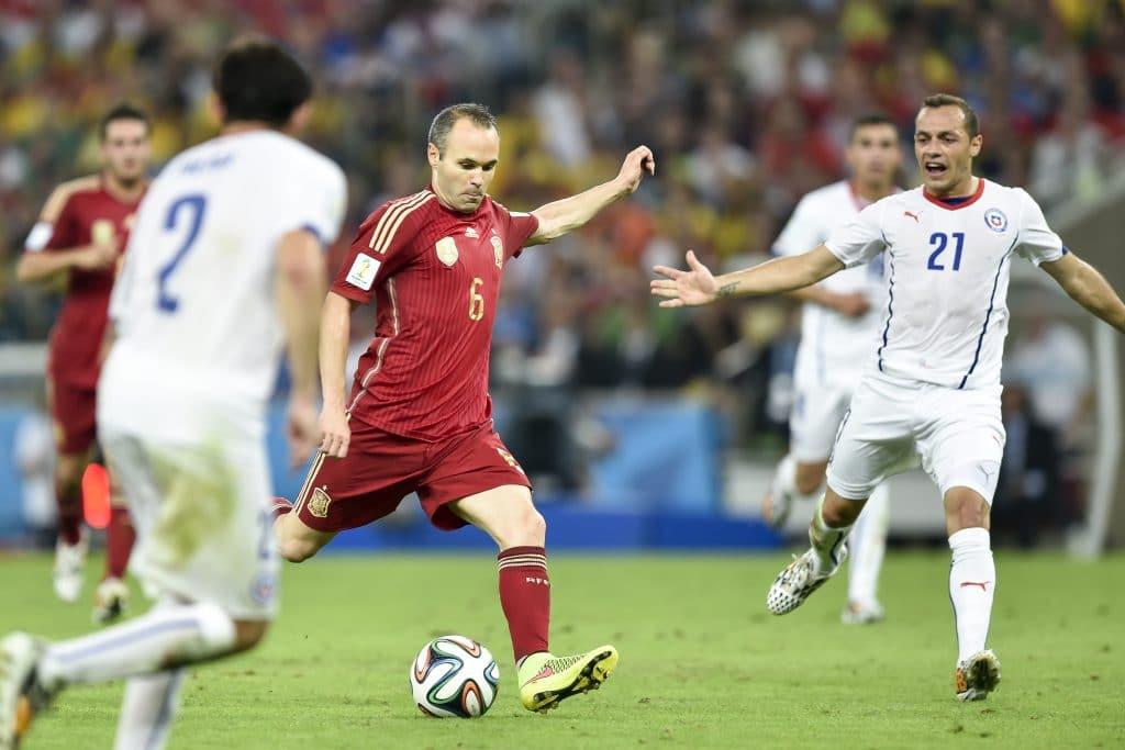 Andrés Iniesta bei der Fußball WM 2014 mit der Rückennummer 6 im spanischen Trikot (Foto Shutterstock)