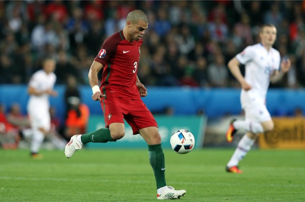 Der Portugiese Pepe bei der Euro 2016 am 14.Juni 2016 in Saint Etienne mit der Nummer 3 (Foto Shutterstock)