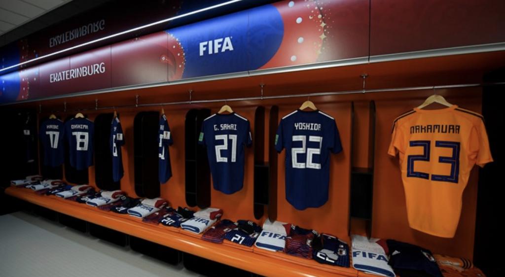 Japans Trikot hängen in der Kabine vor dem WM-Spiel gegen den Senegal.
