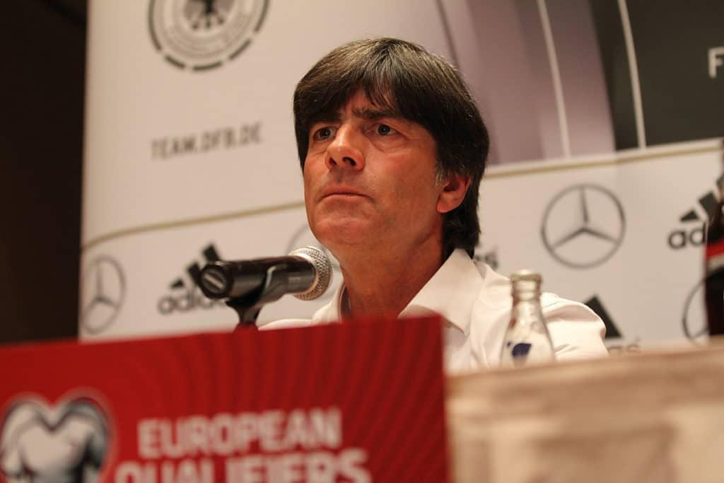 Joachim Löw in der DFB Pressekonferenz - in der EM 2020 Qualifikation steht er gewaltig unter Druck. (Shutterstock/Tomasz Bidermann)