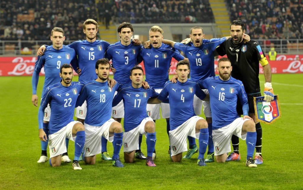 Italiens Nationalmannschaft vor dem Freundschaftsspiel gegen Deutschland in Mailand am 15. November 2016. Viele der damaligen Spieler sind heute nicht mehr Teil der Nationalmannschaft. Photo: Shutterstock.