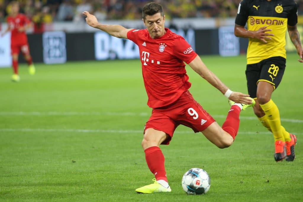 Robert Lewandowski beim Supercup 2019 gegen Borussia Dortmund im neuen FC Bayern Trikot 2019 (Foto shutterstock)