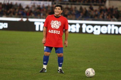 Maradona 2015 auf dem Fußballplatz bei einem Benefizspiel (Foto Depositphotos.com)