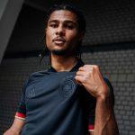 Serge Gnabry präsentiert das neue DFB Away Trikot 2021! (Foto adidas/DFB)