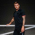 Toni Kroos präsentiert das neue DFB Away Trikot 2021! (Foto adidas/DFB)